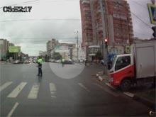 Полицейская машина из кортежа  патриарха Кирилла едва не сбила пешеходов, не вписавшись в поворот (ВИДЕО)