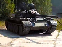 В Латвии россиянин катается по улицам на танке